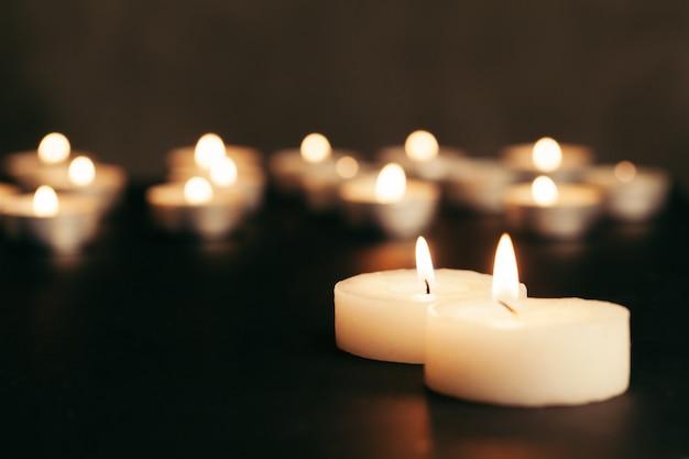 Wiele płonących świec z płytkiej głębi ostrości