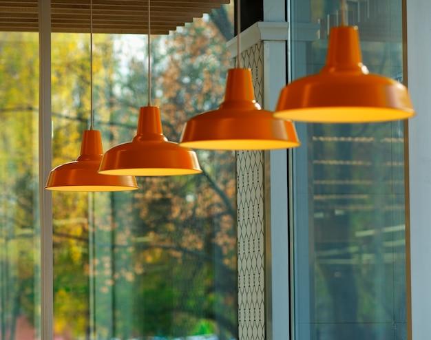 Wiele pomarańczowych lamp wewnętrznych w tle
