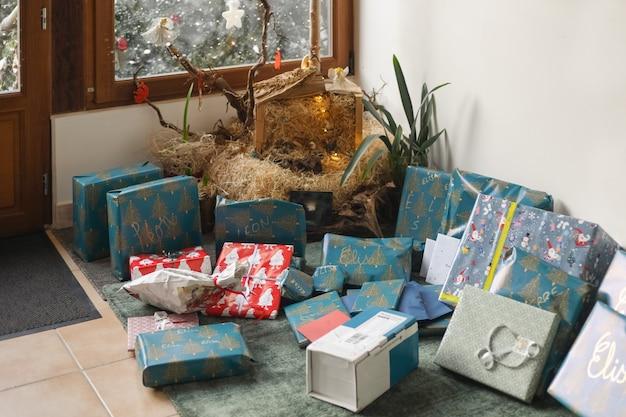 Wiele prezentów pod choinką na boże narodzenie