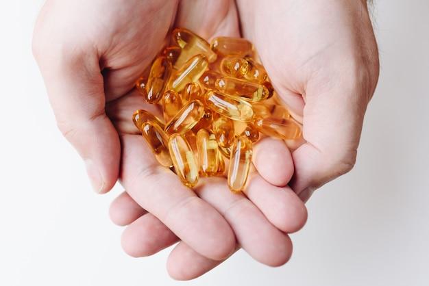 Wiele przezroczystych tabletek kapsułkowych z omega 3 i witaminami c