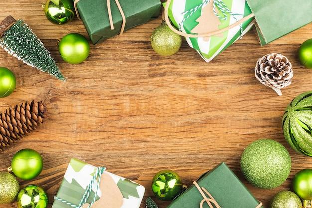 Wiele pudełek na prezenty na tle drewna. boże narodzenie i inne koncepcje wakacji.