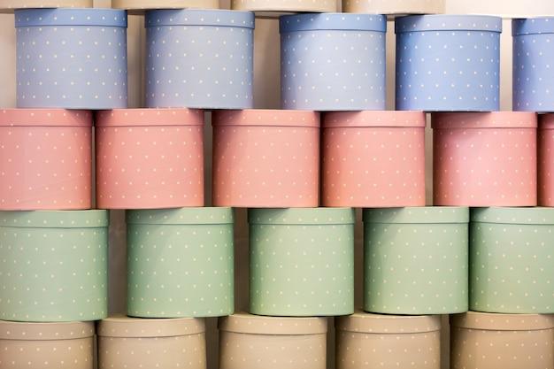 Wiele pudełek na prezenty z cylindrami