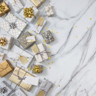 Wiele pudełek prezentowych z numerami etykiet zapakowanych w błyszczące klasyczne opakowanie gotowe do świętowania wakacji