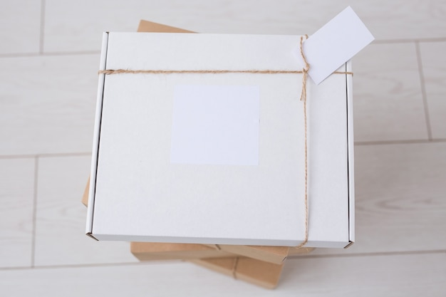 Wiele pudełek z miejscem na reklamę dostarczonych ze sklepu internetowego. zakupy i dostawa przez internet