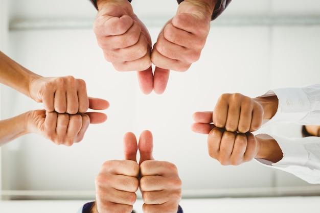 Wiele rąk daje kciuk do góry
