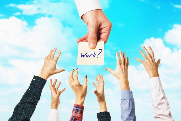 Wiele rąk na tle nieba ludzi przyciąga możliwość znalezienia pracy