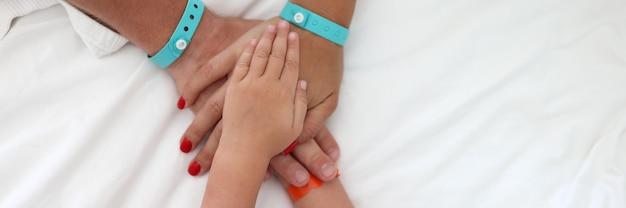 Wiele rąk z bransoletkami składanymi razem w zbliżeniu