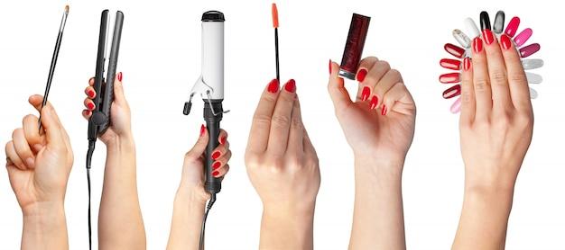 Wiele rąk z przedmiotami do makijażu
