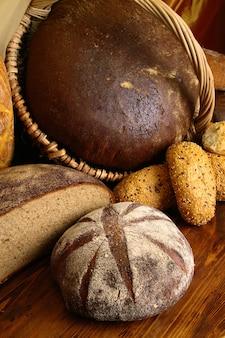Wiele rodzajów chleba na stole