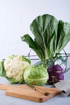 Wiele rodzajów świeżej kapusty składniki do przygotowywania potraw warzywnych. kalafior, liść kapusty, bok choy, kalarepa