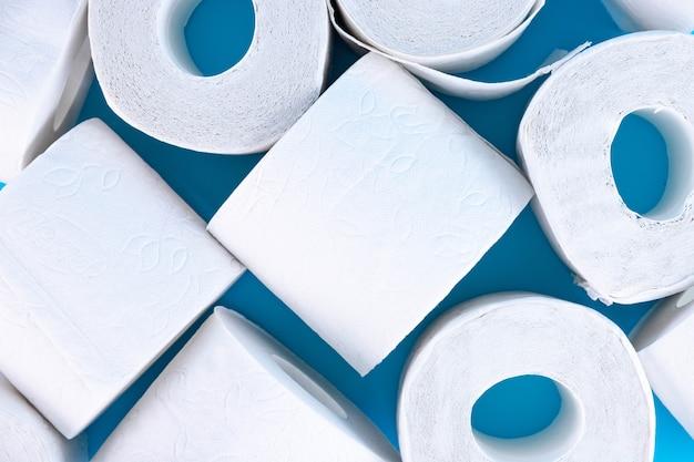 Wiele rolek papieru toaletowego. miękki papier higieniczny. widok z góry