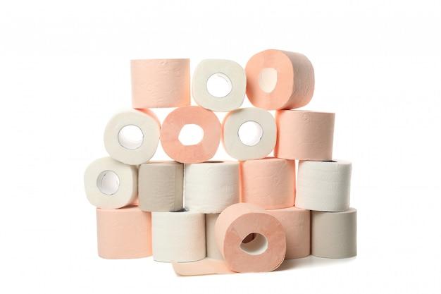 Wiele rolek papieru toaletowego na białym tle