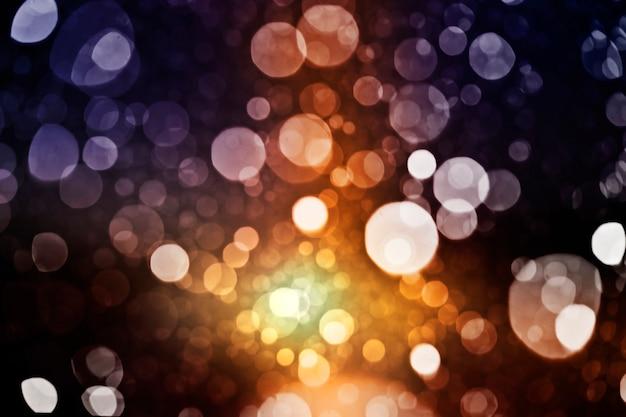 Wiele rozmytych świateł i szumów w tle