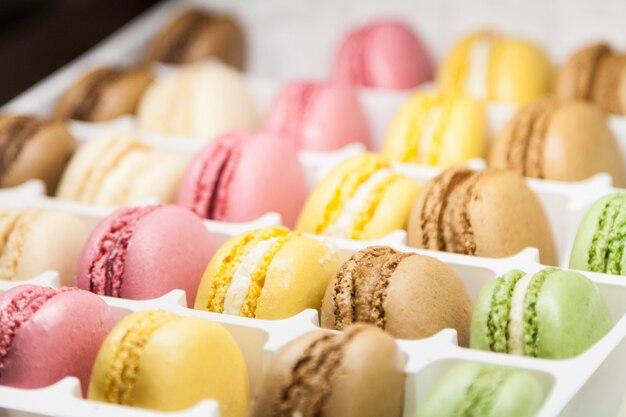 Wiele różnorodnych słodkich makaroników w pudełku