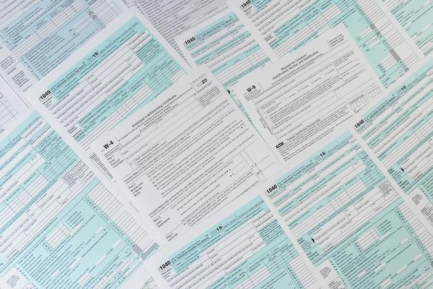 Wiele różnych formularzy podatkowych w usa. w4 w9 i 1040 formularz do wypełnienia w kwietniu. czas podatkowy