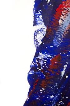 Wiele różnych kolorowych linii namalowanych jasną farbą na płótnie z bliska. kolory biały, czerwony, niebieski. pociągnięcia pędzlem na białym płótnie. pęknięcia, rysy. streszczenie grunge wielobarwne tło sztuki kreatywności