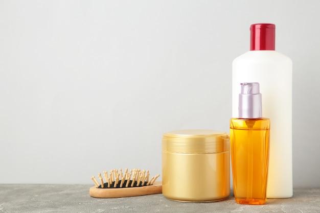 Wiele różnych kosmetyków do pielęgnacji siwych włosów. widok z góry