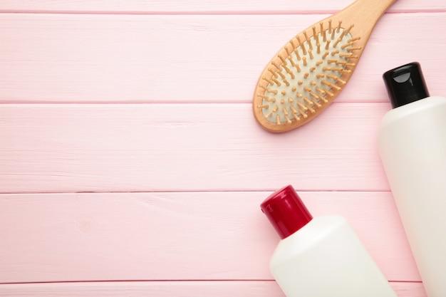 Wiele różnych kosmetyków do pielęgnacji włosów. widok z góry
