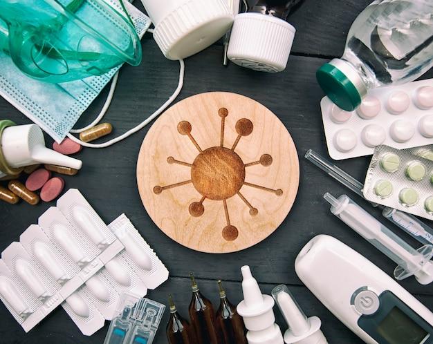 Wiele różnych leków, pigułek i innych lekarstw na drewnianym białym stole