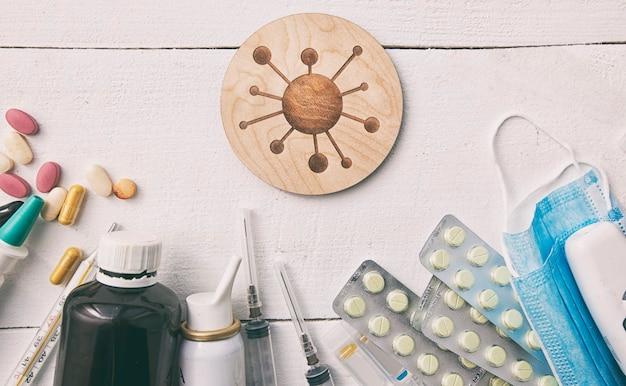Wiele różnych leków, pigułek i / lub lekarstw i symboli wirusa między m