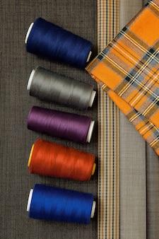 Wiele różnych nici i materiałów