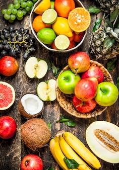 Wiele różnych owoców. na drewnianym tle.