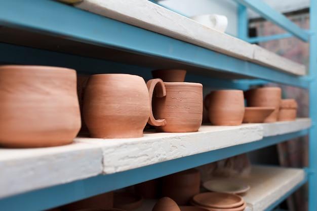 Wiele różnych przedmiotów ceramicznych na półkach sklepowych