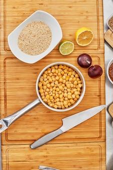 Wiele różnych przypraw, warzyw i składników oraz świeżych ziół do przygotowania domowego sosu.