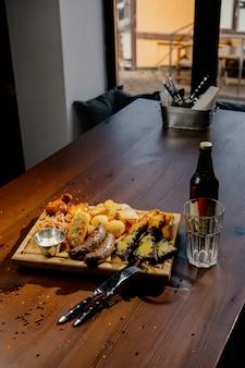 Wiele różnych pysznych dań na stole. różne przekąski i przystawki na stole. menu restauracji stół restauracyjny, wiele różnych dań.