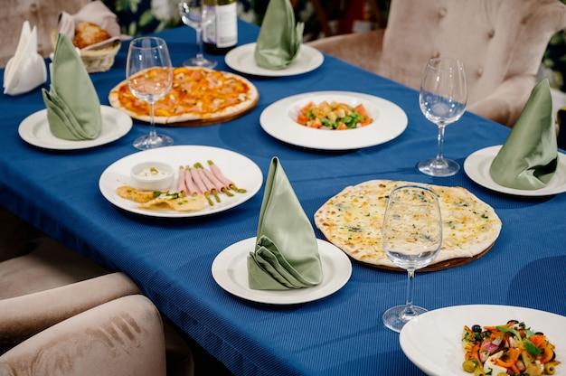 Wiele różnych pysznych dań na stole
