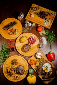 Wiele różnych pysznych potraw na stole. różne przekąski i przystawki na stole. menu restauracji. widok z góry
