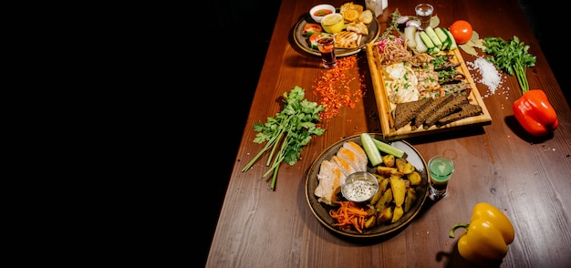 Wiele różnych pysznych potraw na stole. różne przekąski i przystawki na stole. menu restauracji.