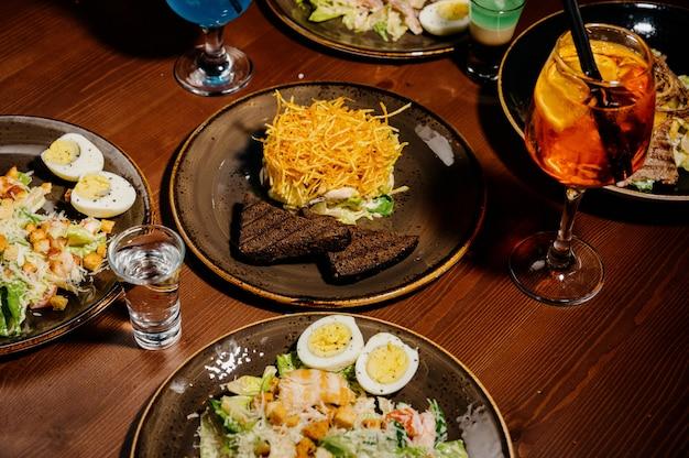Wiele różnych pysznych potraw na stole.