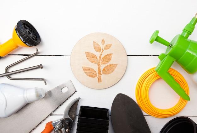 Wiele różnych sprzętów ogrodowych na drewnianym stole