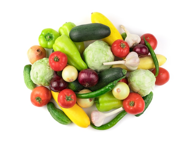 Wiele różnych świeżych warzyw z kroplami wody. widok z boku. pojęcie produktów naturalnych, prawidłowe odżywianie.