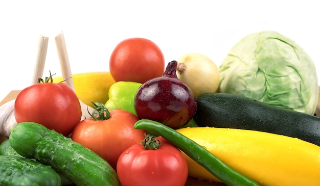 Wiele różnych świeżych warzyw z kroplami wody.