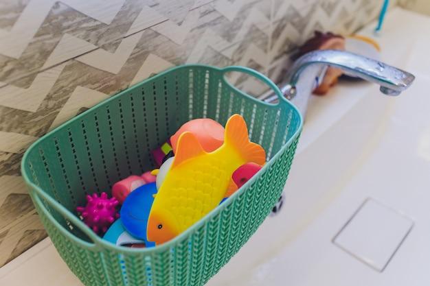 Wiele różnych zabawek w postaci gumowych zwierząt.