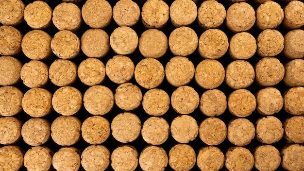 Wiele rzędów różnych drewnianych korków do szampana lub wina z drzewa korkowego.