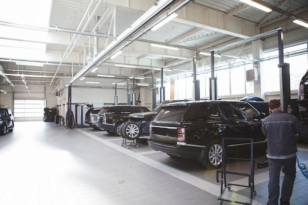Wiele samochodów z rzędu na stacji obsługi samochodów, kopia przestrzeń