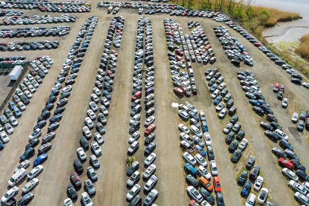 Wiele samochodów zaparkowanych rozdziela się na parkingu aukcji używanych samochodów.