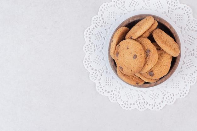 Wiele słodkich ciasteczek na drewnianym talerzu