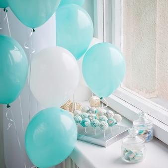 Wiele słodkich tortów urodzinowych i balonów urodzinowych