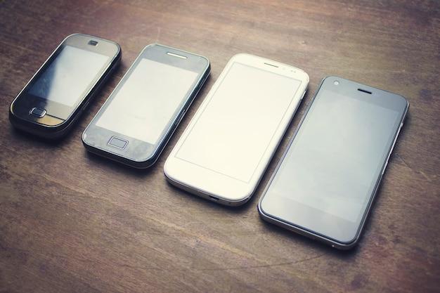 Wiele smartfonów na drewnianym stole