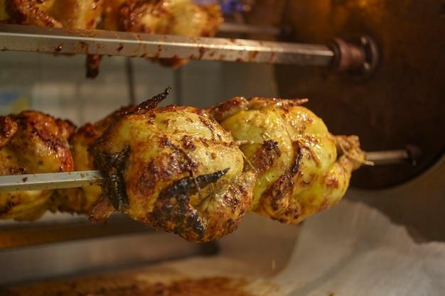 Wiele soczystych kurczaków jest gotowanych w rożnach