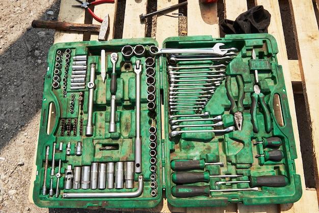 Wiele starych instrumentów w skrzynce narzędziowej.
