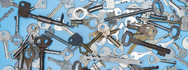 Wiele starych kluczy vintage, widok z góry