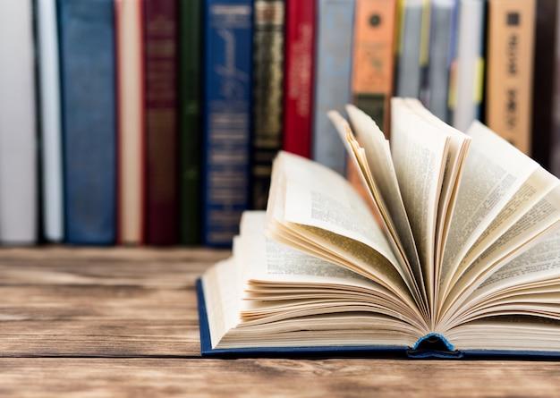 Wiele starych książek na drewniane tła