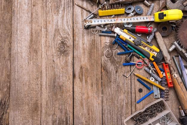 Wiele starych narzędzi na pulpicie
