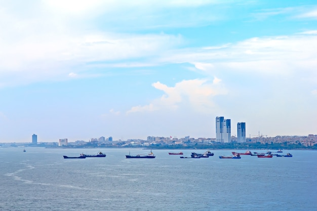 Wiele Statków Towarowych W Stambule W Turcji Premium Zdjęcia