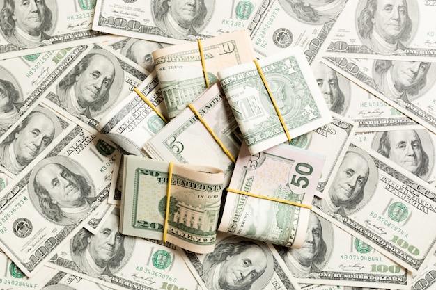 Wiele stos banknotów dolarowych